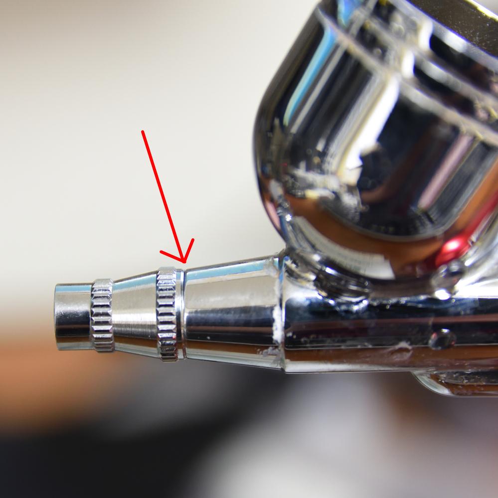 エアブラシの先端の箇所を洗浄するため外したのですが、写真の矢印の箇所に 細いゴム(?)のOリングがありました。 切れてしまいました。 でも、一応、エアブラシ自体は正常に使えています。 この箇所から液が漏れたりはしていません。 これを放っておくと何か問題ありますでしょうか? 何も問題ないなら、このまま使っていこうと思うのですが・・・ ちなみに使っているエアブラシは充電式エアブラシで SOU...