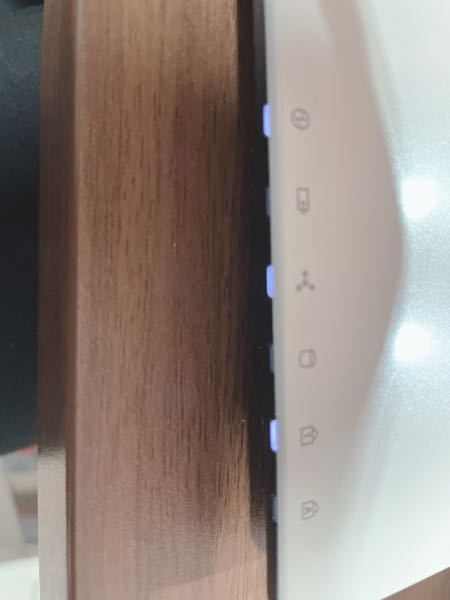 ノートPCについて質問です。 Windows10のノートパソコンです。 普段ずっと電源に繋げたまま使用していました。 先程、突然キーボードが入力出来なくなったので ネットで調べてみると放電した方が良いと書かれていたので再起動して電源を抜いてみました。 そこからちょっと目を離したのですが 戻り画面をみると画面はついているのですが 真っ黒な画面から動きません。 この場合ってどうすれば元の状態に戻るのでしょうか? まだ再起動中という事でしょうか? パソコンに疎いのでご教授いただけると幸いです。 写真は唯一光っているランプです。