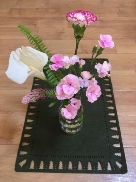 お花の種類に詳しい方に質問です。 画像の花の名前を教えていただけないでしょうか? ①白い花 ②緑の葉 ③ピンクの猫じゃらしみたいなの ④ピンク、薄ピンクの花 ⑤中央上部の花はカーネーションの何という種類でしょうか? 分かりずらい質問ですみませんが宜しくお願いしますm(._.)m