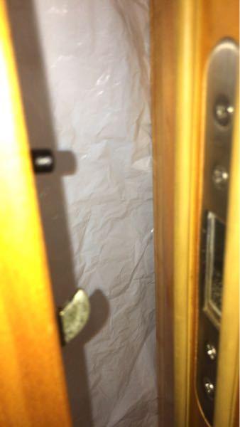 引き戸がうまく閉まらない時どうしたらしまりますか? ←戸 壁→ 閉じると黒い部分が押されて中に入り 金属の部分が壁面の穴に入りしっかり閉まる 引手部分を持って開けると金属部分が戻り開く 現在は戸の背中?を持って跳ね返らないように閉めても 隙間が空き引手部分を使わずとも開きます