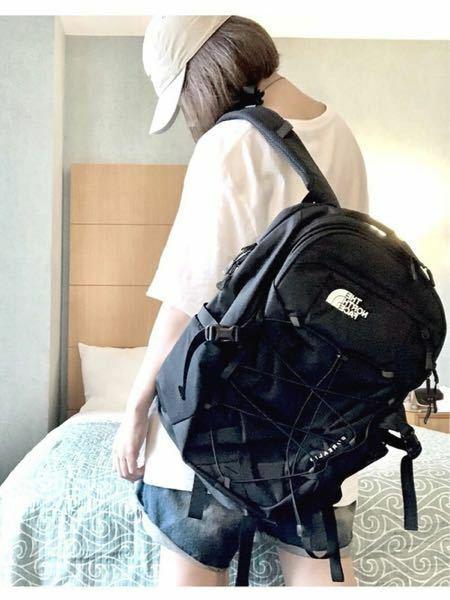 写真の女性が背負っているリュックサックのブランドがわかる方いますか?