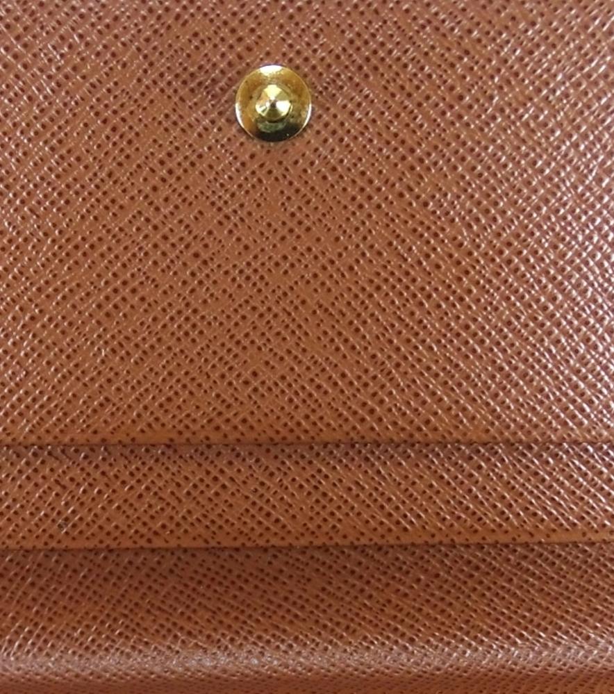 ヴィトンの財布のリペアについてです。オイルダイという染料で写真の色に染め上げたいです。どの色を選べば良いでしょうか。 経験者様ご回答お願い致します。