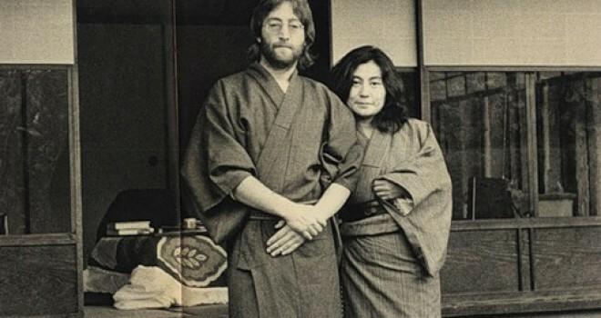 ()に入るセリフと、①②に入る漢字は何でしょうか? ジョンは知り合いの日本人のオヤジに質問をした 。 ジョン「日本の男は()と言いますが 女は言わないは何でですか?」 オヤジ「サムライは①を大事にして 農民は②を大事にしていたからだよ」 ジョン「よくわからないんですが…」 オヤジ「日本のサムライは死んだ①を 農民は死んだ②をサシミにして食べていたんだよ それを聞いたトノサマは ①と②のサシ...