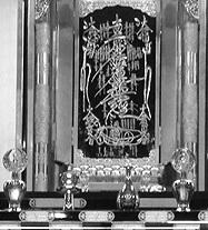 大曼荼羅- 日蓮の発案したもので、題目の周囲に漢字と梵字で釈迦や多宝如来などの仏・菩薩、仏弟子、中国天台宗の先師賢哲、 インド・中国・日本の神々などの名号を配置したもの。また中央の題字から長く延びた線が引かれる特徴から髭曼荼羅とも呼ばれる。日蓮を宗祖と仰ぐ諸宗派で本尊として用いられる。その中でも楠板黒板本尊(戒壇の御本尊)木製で素晴らしい御本尊、だといいます。何がすごくて何が素晴らしいのかを教えてください。