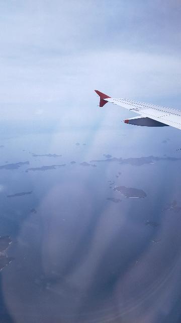 成田▶大分 ジェットスターで移動した際に、 大分着の3,40分前?くらいに機体の左側から 画像のような景色をみました。 この孤島の大軍がある場所を知りたいのですが、なかなか推測できません。 どなたか、このエリアを特定していただけないでしょうか?