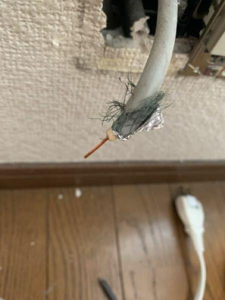 テレビのアンテナ線?は感電しますか? また、LANケーブルを通すにあたって邪魔となるのですが、処理はどうしたらいいでしょうか? 空配管の空いてるところに置いておくか、撤去するか迷っています。