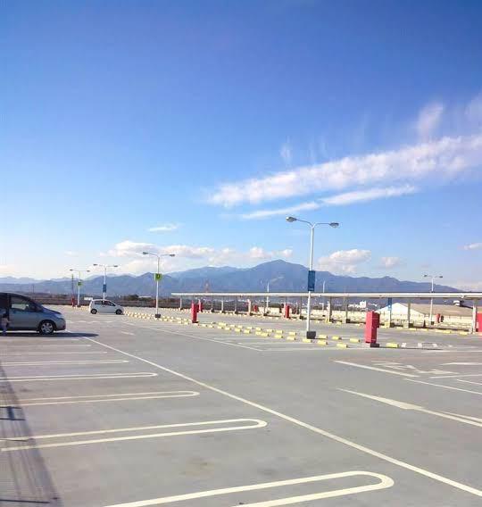 車の運転、駐車についてです。 私は左の駐車が恐ろしく苦手で、広い駐車場で練習すると毎回線を跨いで真ん中に来てしまいます。 広いホームセンターみたいな場所で練習をする事が多く、周りの迷惑にならない様、空いているスペースが並んでいる所で練習をしている感じです。(下に写真載っけてます。) しかし、自分がどの線と線の間に入れるかがミラーで見てても混乱してきて、視界が訳わからなくなっちゃいます。線が多くて、自分がどこまで斜めになっているかとか、焦ると余計分からないです。 さらに、youtubeの駐車の動画では、入れる駐車スペースの両隣には車がいる場合が多く、そういう悩みはわかってもらえないです… 理解してもらえるか不安ですが、是非アドバイス下さい!