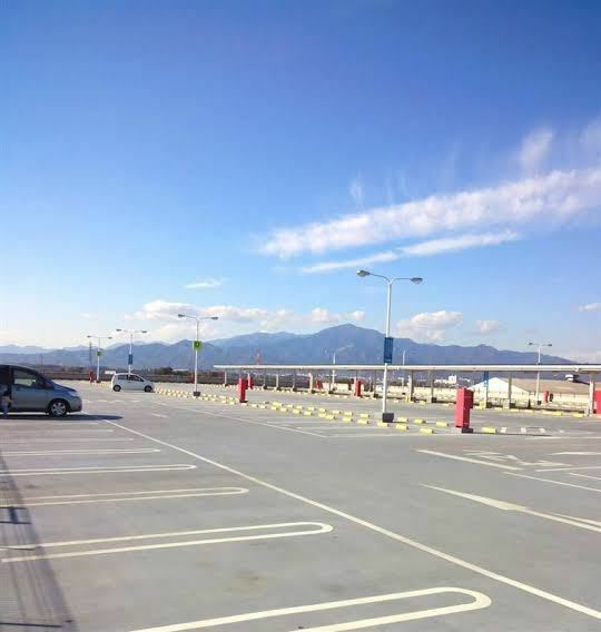 車の運転、駐車についてです。 私は左の駐車が恐ろしく苦手で、広い駐車場で練習すると毎回線を跨いで真ん中に来てしまいます。 広いホームセンターみたいな場所で練習をする事が多く、周りの迷惑にならない様、空いているスペースが並んでいる所で練習をしている感じです。(下に写真載っけてます。) しかし、自分がどの線と線の間に入れるかがミラーで見てても混乱してきて、視界が訳わからなくなっちゃいます。線が多...