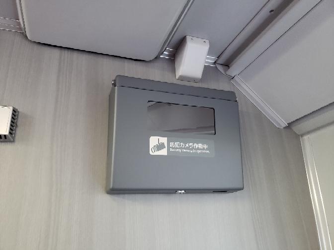 宇都宮線や高崎線、東海道線の、普通グリーン車の1階に付いてる、写真の、箱状のモノは何ですか? 防犯カメラですか?