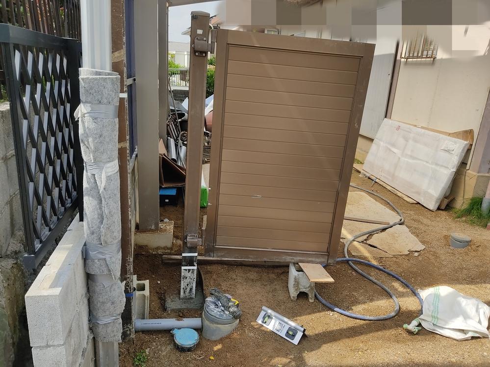 門扉3枚折戸目隠し扉、柱の基礎どうするんですか。これ以上深く設置できません。 コンクリ打ち増ししたらすぐ傾くの直るんですか