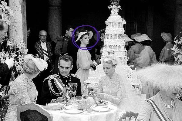 モナコのプリンセス グレース・ケリーの結婚式の写真に写っているこの女性の方が印象的で忘れられません。 この方はどなたかわかる人いますか?? 皇族の方でしょうか?