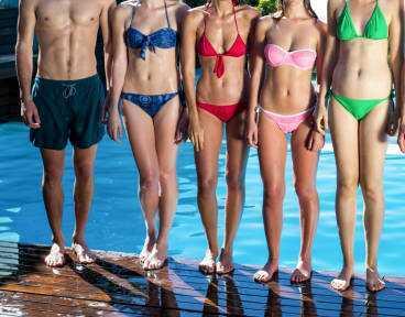 ビキニ女性たちと一緒に泳ぎたいですか?