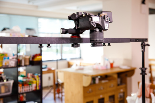 添付の画像のカメラの型番は何でしょうか? 料理動画サイトのクラシルで使っているカメラです。 https://www.businessinsider.jp/amp/post-160651