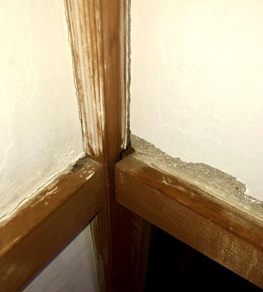 自宅(築40年程)の押入れのヒビ割れについてです。 真正面から押し入れに入って振り返ったところ(押し入れの内側、ふすま,扉の上の壁部分)が画像のようにヒビ割れていました。 掃除をしていて初めて...
