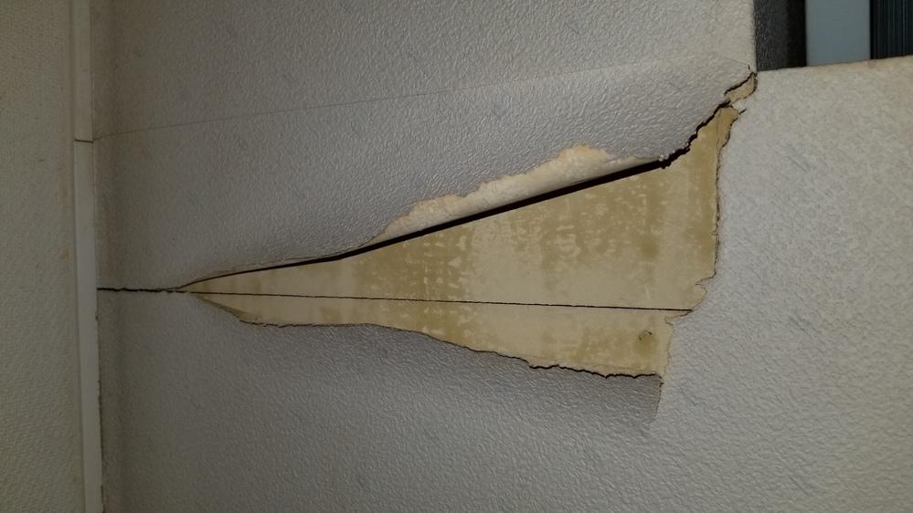 建築してから30年壁紙の貼り替えをした事ないまま、DIYで今の壁紙の上から貼る作業するの上で質問があります。 今の壁紙は所々、壁紙だけでなく下地もひび割れているのが見えます。 質問① 下地のヒ...