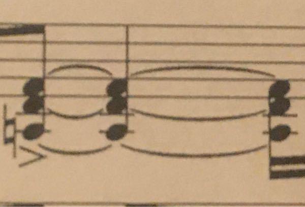 楽譜の読み方 この和音はタイですよね? 演奏動画を上げている方の演奏を聞いたところ三つ目の和音を弾き直しており訳が分からなくなりました。