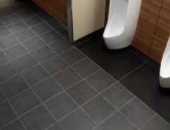 デパートやショッピングモールのトイレに敷いてある、こういう床タイルが好きです。 LIXILのキラミックという製品を調べたところ、平米あたり13,000円~とのことでした。 リフォームで、木造在来工法の家の狭いトイレに貼ってもらうことは可能でしょうか? また、こうした施工のデメリットがあれば教えて下さい。 今の床はクッションフロアが敷いてある状態で、下はたぶんベニヤ板が張ってあると思います。 壁と床の取り合いには、木製の巾木がついています。