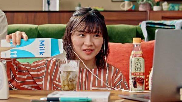 男性に質問。 この画像は女優・伊藤沙莉さんが『BOSS カフェベース』のCMでカフェオレを作りながらパソコンを操作しているシーンですが、あなたは伊藤さんの隣でカフェオレを飲むことが出来るとしたら伊藤さんと隣同士でカフェオレを飲みたいと思いますか?