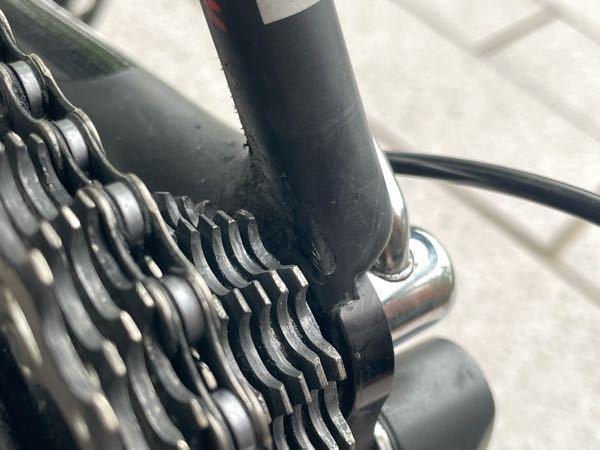 カーボンの自転車についての質問です。 先日走行中にチェーンが外れてしまい写真の中心のところの塗装?カーボン?が剥がれてしまいました。 この損傷は修理が必要なのかお聞きしたいです。 修理が必要なら可能なら費用なども詳しくお聞きしたいです。 よろしくお願いします。