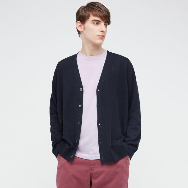 高校生です 男でワイシャツの上カーディガン?って変じゃないですか? 写真のユニクロのやつです