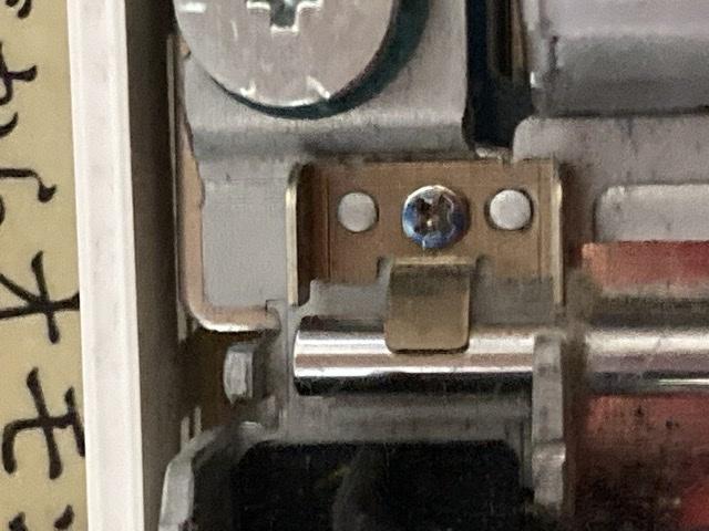 画像のネジはナメていると思いますか? 真ん中の青いネジです。