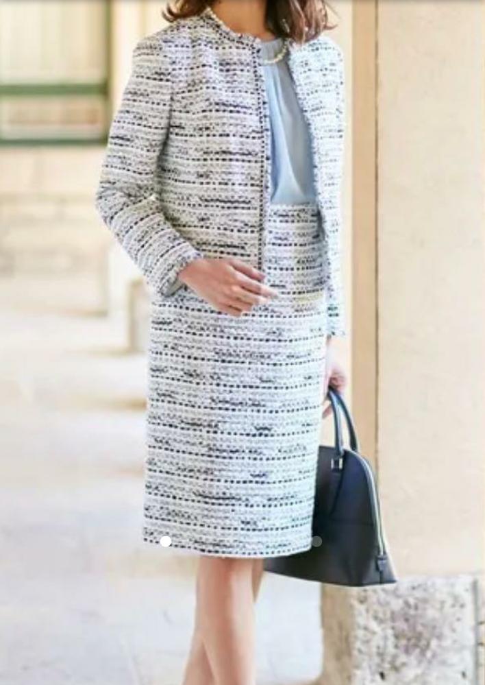 卒園・卒業式の母親スーツ このように遠目でみると白?グレー系でももんだいないですか? やはり暗い色系の方が無難でしょうか。