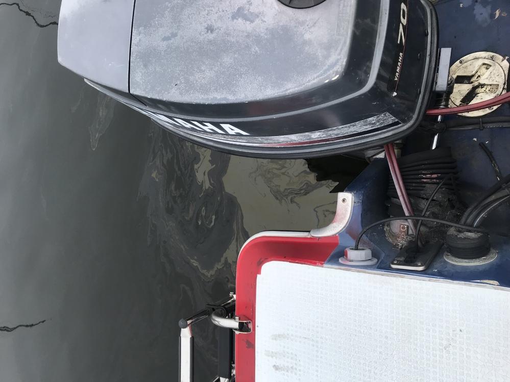 船外機からガソリン?オイル?が出てます。チルトアップの時は出ないですが、下げた時に海水に滲み出ます。対処法をお願い致します。