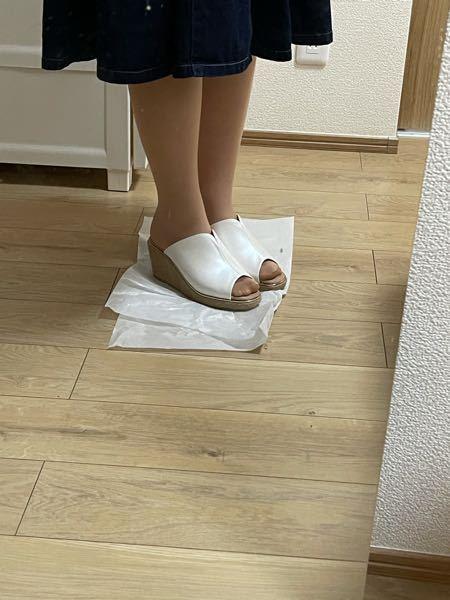 この靴どう思いますか? 19歳の大学生の女です。 OLさんの室内履きのようなデザインだと思い、履くのを悩んでいます。履き心地はとてもいいです。 率直なご意見をお願いします。