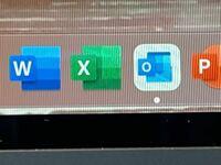 チップ25枚 Mac book air (OS:Big Sur バージョン11.3.1)を使っています。  アプリを開いたら、アプリのアイコンが白くなってしまいました。写真のOutlookとOne Driveのアイコンもこのようになっています。 直し方を知りたいです。