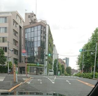 東京都内で添付したT字路交差点があります。この交差点に左折側には停止線がありません。赤信号でも左折可能ですか? 1ヶ月前は停止線があり、道路工事後に左折側の停止線部分のみアスファルトを被せ停止線...