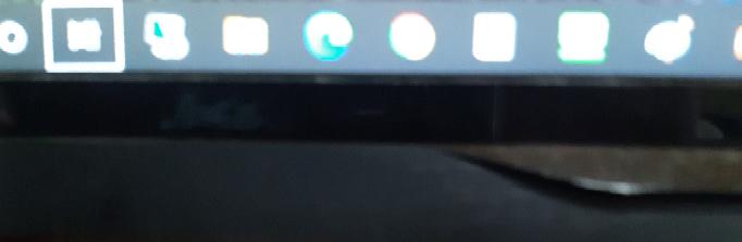 パソコンの様子がおかしいです。 いつものようにパソコンでYouTubeをみていたら、突然画面が勝手に動気出して、焦ってとりあえずそのページを閉じてホーム画面に戻したのですが、さっきからこの写真の、下のアプリを囲ってる白い四角の様なものが高速で横に移動したりしています。 これは、ただのバグでしょうか? 先程1度おさまったので、もう一度ページをYouTubeを開くと、またバグ?が始まってしまいました。