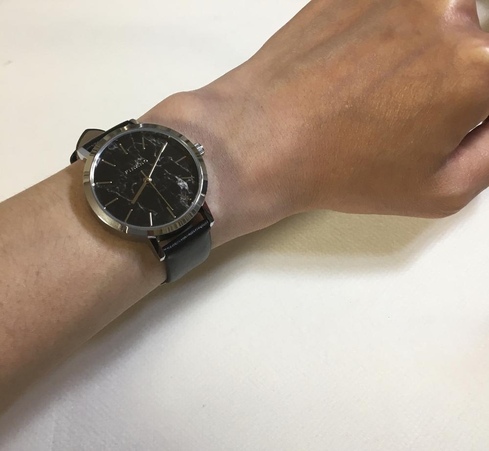 やってもうたーー!男なのにレディースの腕時計を間違えて買ってしまいました。 ダイソーの500円の商品ですが、腕の細い私でもこのベルト幅はおかしいでしょうか? レディースウォッチだと分かるでしょうか? 文字盤直径は約36mm ベルト幅は約16mm