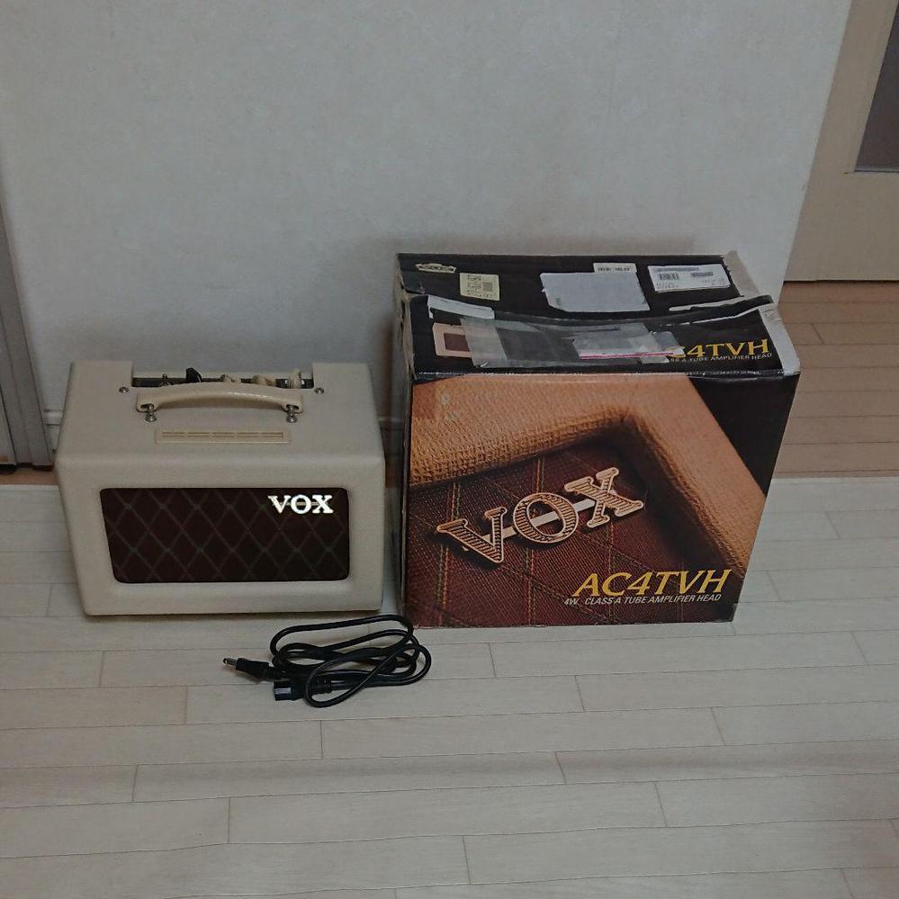 この真空管アンプ、皆さんは、どお評価しますか? >へッドモデルにスピーカー搭載 真空管アンプ VOX AC4TVH改 ホワイト エレキギター ボックス もともとはヘッドモデルにスピーカーを搭載し、改良されたものを購入しましたが、詳細はよくわかりませんので、内部の写真を参考にしてください。音は出ております。元箱付きです。ホワイトできれいなコンパクト真空管アンプです。多少の汚れはご了承下さい。