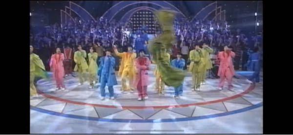 【 黄金期ジャニーズJr.のピカイチバク転ボーイ 】 1997年頃、OAの、(アイドルオンステージ)に、出演していた、黄金期ジャニーズjr.の、ダンスです。 1: 51頃、この私が、Jrでは、見たことがない位、美しい、バク転をする、男の子がいて、大変驚きました。(^^) しかし、クオリティーが、史上最強だった全盛期ジャニーズですから、当然の事かもしれません(^^) 何と言う少年でしょうか?