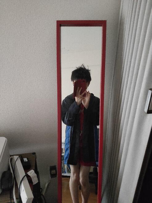 僕は大学生ですがショタコンです そこで下の写真のようにメルカリで男子小学生のサッカーの服を購入し、着て楽しんでいるのですが、おかしいでしょうか?