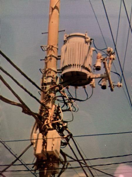 電柱の基地局について 写真の樽のような装置と 下の方の白い箱のような装置は何でしょうか?