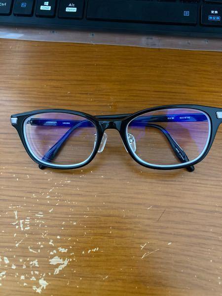 【安全メガネ】 私は工場勤務をしていて、作業中は安全メガネの着用が必須です。 ふだんからメガネをかけているので二重メガネになるのですが、やはり安全メガネの重みなどでフレームがだんだん歪んできてしまいました。 ふだんのメガネになるべく影響の少ない安全メガネを教えてください。 ちなみに写真のメガネをいつもかけています。