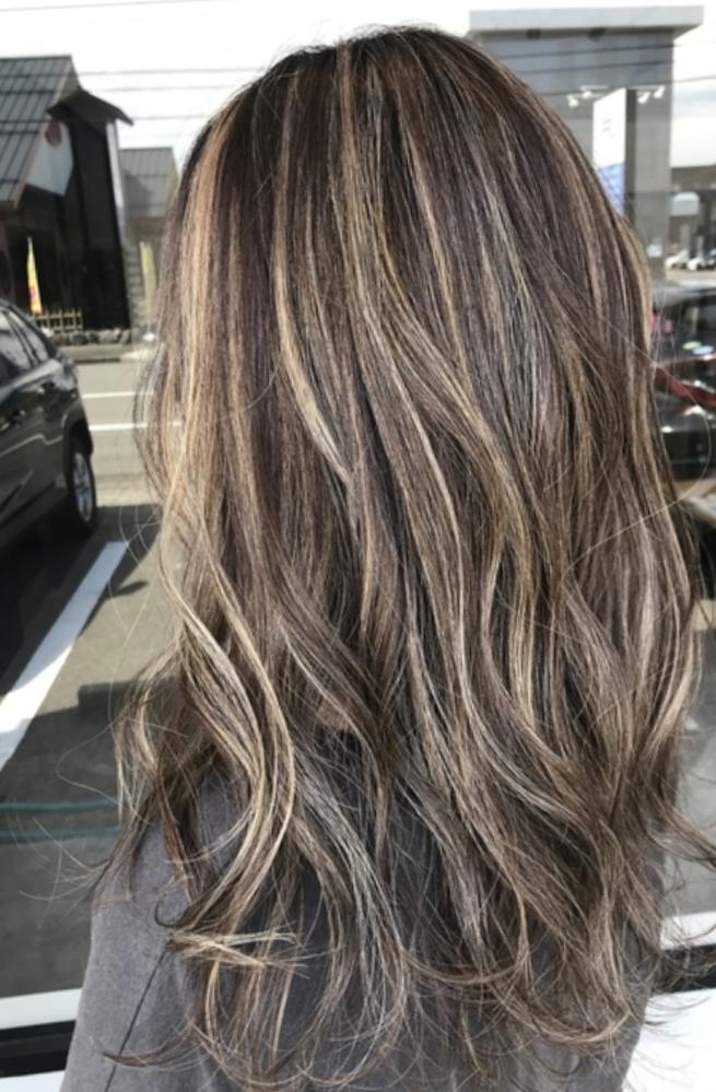 美容師さん教えて下さい!!ハイライト以外のところの色はブリーチしなくても入れれる色ですか?またこの髪型はバレイヤージュ? と呼ばれるものでしょうか?