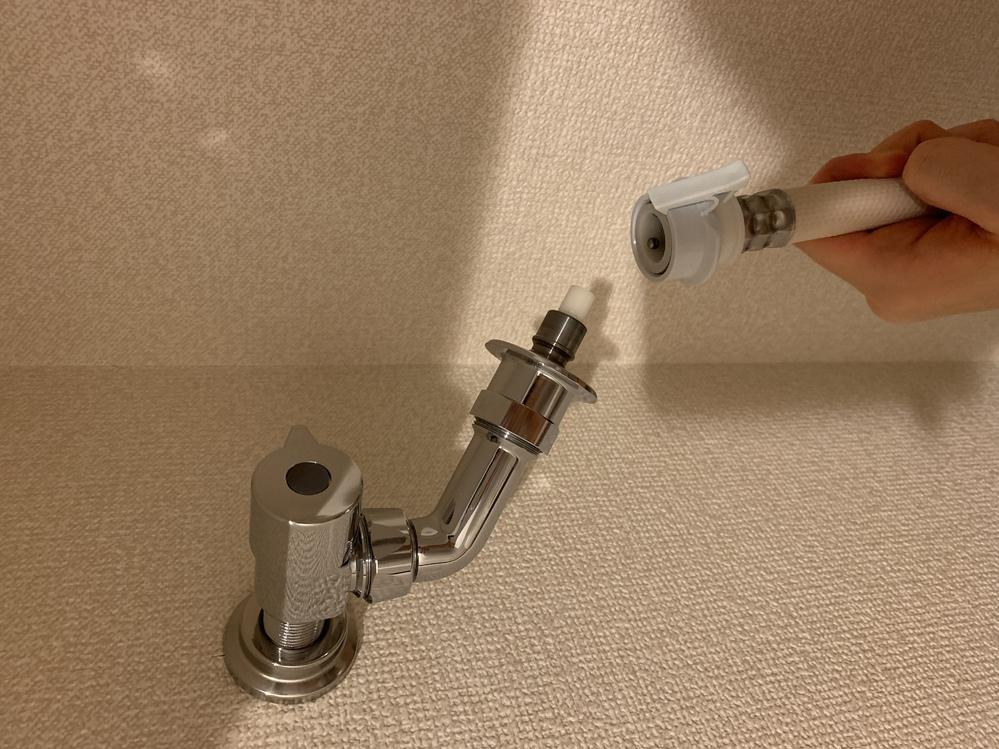 洗濯機の取り付けに詳しい方教えてください。 水栓の画像の先っちょの白いやつって取れたりするのでしょうか? このままつなげば終わりかとおもっていたのですが、つなぐことができませんでした。 よろしくお願いいたします。