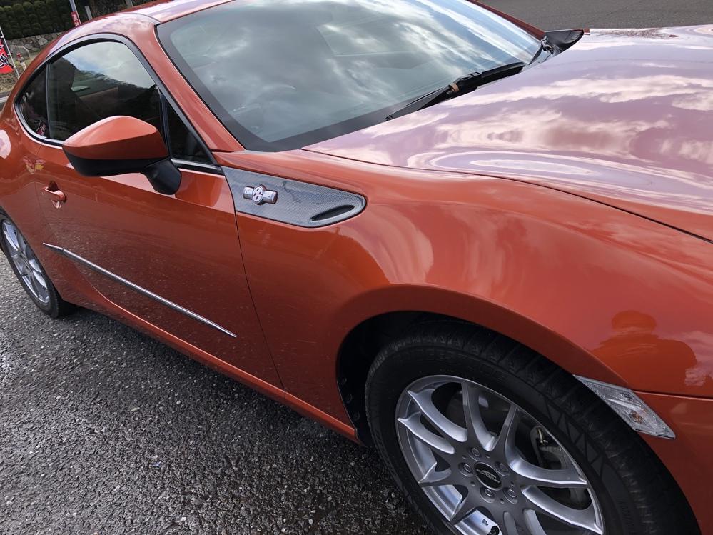 車ボディのメッキモール(樹脂製)が剥がれてきました。DIYで良い補修方法はないでしょうか? 写真ドア中央部分のものです。 色はガンメタメッキです。色は違いますがカーショップでアルミホイルのような補修シールを買い張っていましたが、これも何シーズンかで剥がれてきました。 出来ればタッチアップ的な塗装をしたいのですが。範囲としては幅1センチで長さ1メートルくらいです。