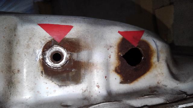 添付写真↓(赤色矢印向かって下の穴)の 軽トラックドアヒンジ部分『穴』の修理について 普通鋼板(ワッシャー)をスポット溶接したいと考えています。 高張力鋼板 対 普通鋼板です。 ボルトネジ部径M8に対して、ギリギリの穴のワッシャーにM8のナッターにて幅広で引っ掛かりの裏ボルト部品を作成しました。 ボルト締め付け時に部分が空回りしないように、 ワッシャーと高張力鋼板をスポット溶接をしたいと考えていますが電気溶接棒は何を選択したら良いでしょうか? ナッター/ワッシャー共に鉄製です。 表面に空く空洞は、エポキシパテで穴埋めを考えています。 又、ボルトは締め付け部分が不足しそうなので少し長めの鉄製六角ボルトをつける予定です。 よろしくご教示お願いいたします。