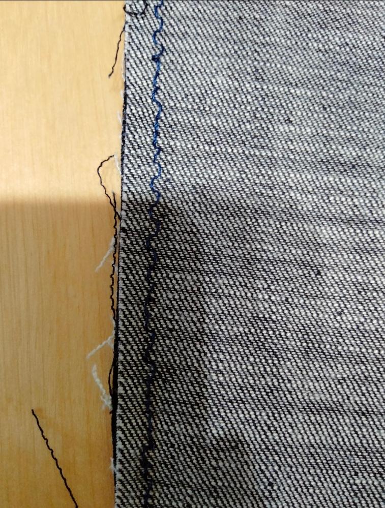 デニム地を縫っているのですが、下糸がジグザグになってしまいます。 ジャガーの家庭用電子ミシンで糸は30、針は14を使用しています。 上糸はまっすぐなのですが、下糸のみ写真のようにジグザグになってしまいます。(まっすぐ縫えている部分も一部あります) どのようにしたら改善できるでしょうか?