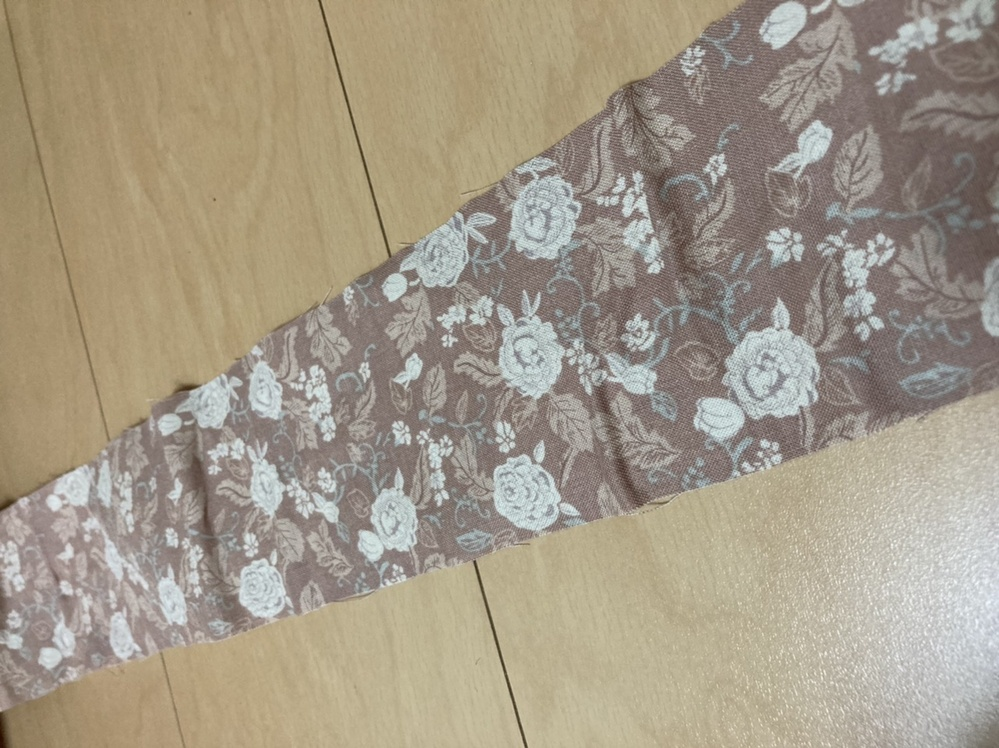 接着芯について教えてください! 綿100%シーチング生地(やや薄地・透け感若干あり)に薄地向け織物芯地を貼りたいのですが、何度やっても上手に貼れません。割烹着の見返し部分で6㎝×100㎝の布です。平置きのアイロン台とドライ用のアイロンに買い替え、あて布をして端からアイロンしたり、真ん中からアイロンしたり色々やってみたのですがどうしてもシワになります。何がダメなのか分からずもう泣きそうです。母の日に間に合わなかったので7月の母の誕生日までに完成させたいです。ソーイングにお詳しい方、助けてください!