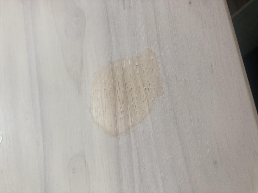 マニキュアを除光液で落とす際に、落としながら液体がしたたっていたようで白い机が写真のとおりになってしまいました。 除光液では汚れが広がってしまいます、、。どうしたらいいでしょうか?