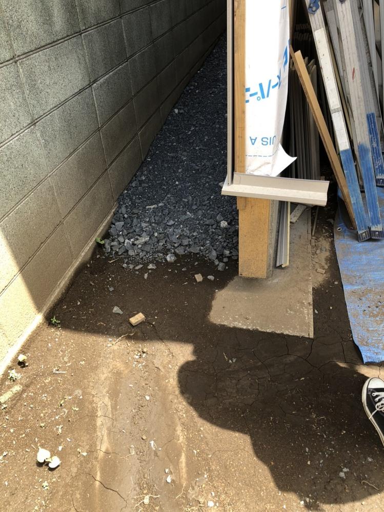 自宅に車庫を作っているのですが、シャッター部、出入り口部の柱が土台に差さっておらず浮いています。 大工さんが言うには柱を伸ばさないとシャッターサッシがおさまらない、この後に土間を底上げして、土間...