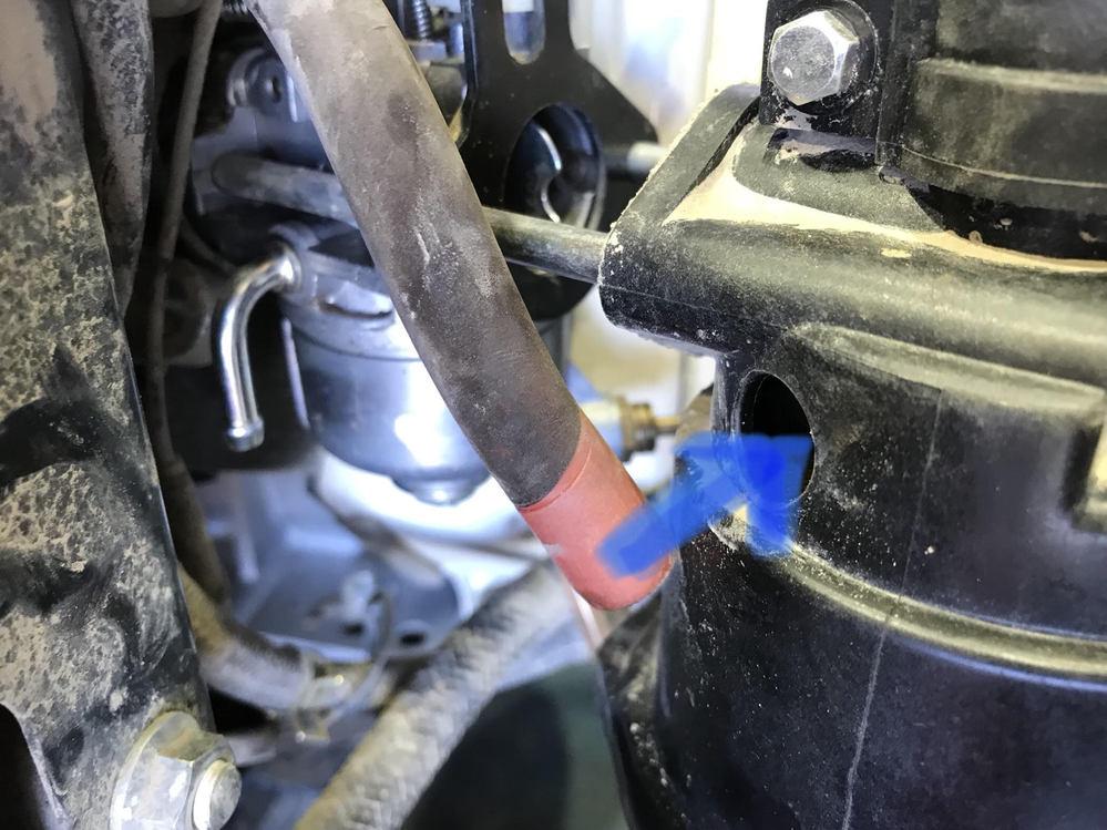 管理機OHVエンジンの質問 ヘッドカバーから エアフィルターに ブローバイガス用?のホースが 刺さってます。 このホースを外してしまうと エンジンに影響はありますか? バルブからの漏れが噴き出すとかでしょうかね?
