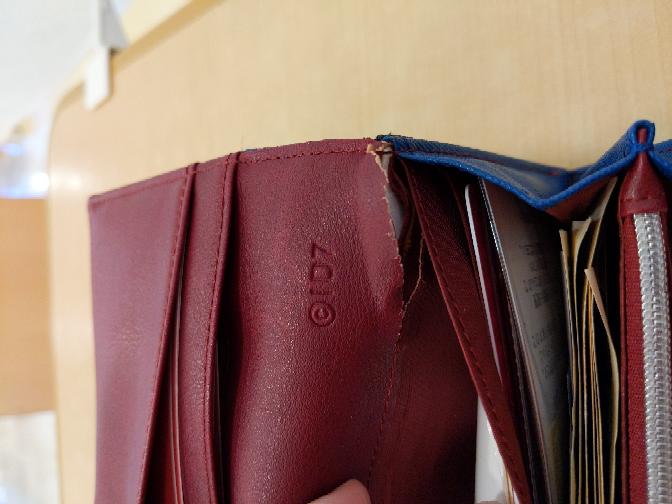 財布の縫い目部分が敗れてしまいました お気に入りの財布なので直して使いたいです 修理してくれるお店とかってありますか? また、自分で直せれる方法があるならそれも教えて欲しいです