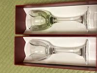 バカラのグラスみたいですがなんて言う名前?種類? お分かりになる方いらっしゃいませんか?  お知恵をお貸しください。 1つは透明で1つは薄い緑です。
