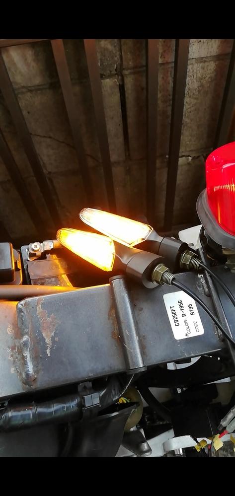 96式のホーネット250にledウインカーを取り付けたところ左右どっちも光ってしいます。 配線が間違っているのかと思い純正のウインカーをつけてみたところ正常に動いているのですがledウインカーに...