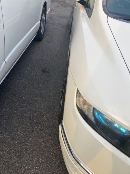 車詳しい方教えてください 現状車高はギリギリまで下げて ホイールとタイヤがフェンダーから出てしまいました 一応車検は通ってるんですがこちらの状態はパッと見アウトだと思いますか? 今タイヤの空気が...